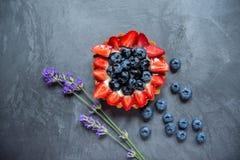 Kakakorg med jordgubbeskivor och blåbär Kakakorg Royaltyfria Foton