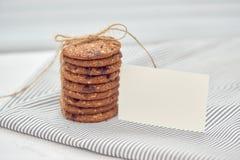 Kakan är bunten, och bundet med tvinna Läckra kakor på napki arkivfoto