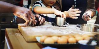 Kakan bakar begrepp för fritid för upptäckt för bageribarnefterrätt arkivfoton