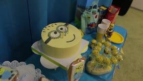 Kakan för lycklig födelsedag stock video