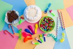 Kakan godisen, choklad, visslingar, banderoller, sväller Royaltyfri Fotografi