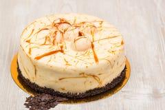 Kakan med karamell och choklad på tabellen Royaltyfria Foton