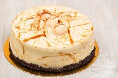 Kakan med karamell på tabellen royaltyfri fotografi
