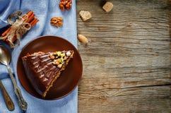 Kakan med muttrar, chokladchiper och choklad glasar royaltyfria foton