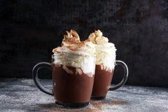 Kakao der heißen Schokolade mit Schlagsahne für Weihnachten auf Tabelle stockfotos