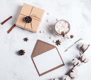Kakao, giftbox i pusty papier, odgórny widok obraz stock