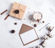 Kakao, giftbox och tomt papper, bästa sikt fotografering för bildbyråer