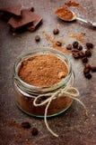 Kakao i en glass kopp med mörk choklad Arkivfoto