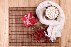 Kakao med marshmallowen och gåvan Fotografering för Bildbyråer