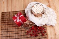 Kakao mit Eibisch und Geschenk Stockfotos