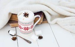 Kakao mit Eibisch- und Sternanis Stockfoto