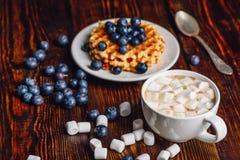 Kakao mit Eibisch und Waffeln mit Blaubeere Stockbild