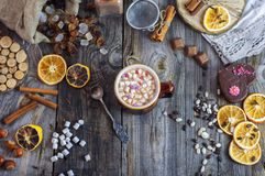 Kakao mit Eibischen und einem Eisenlöffel Stockfoto