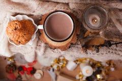 Kakao mit Haupthintergrund des gemütlichen Winters, Schale heiße Kakao mit amerikanischen Plätzchen, warme gestrickte Strickjacke lizenzfreie stockfotos