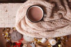 Kakao mit Haupthintergrund des gemütlichen Winters, Schale heiße Kakao, wärmen gestrickte Strickjacke auf hölzernem Hintergrund d stockbild