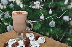 Kakao mit Kuchen Stockfotografie