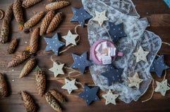 Kakao mit zefirka auf einem hölzernen Hintergrund mit braunen Kegeln stockfoto