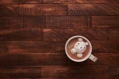 Kakao na drewnianym stole z ślicznymi marshmallows zdjęcia royalty free