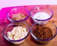 Kakao, pulverisiert und Brown-Zucker, weiße Schokoladensplitter lizenzfreie stockbilder