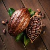 Kakao strąki i kakaowe fasole na drewnianym stole obraz royalty free