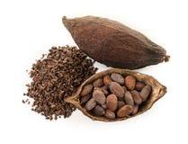 Kakao str?ki, kakaowe fasole i cacao proszek z li??mi odizolowywaj?cymi na bia?ym tle obrazy stock