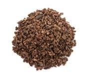 Kakao str?ki, kakaowe fasole i cacao proszek z li??mi odizolowywaj?cymi na bia?ym tle zdjęcie stock