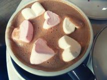 Kakao z marshmallow Gorąca czekolada z serca marshmellow kształtnymi cukierkami Romantyczny napój Obrazy Royalty Free