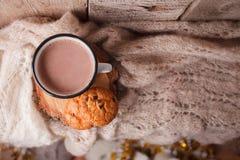 Kakao z Wygodnej zimy domowym tłem, filiżanka gorący cacao z amerykańskimi ciastkami, grże trykotowego pulower na rocznika drewni obrazy royalty free