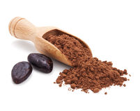 Kakaobönor och kakaopulver på white Royaltyfri Fotografi