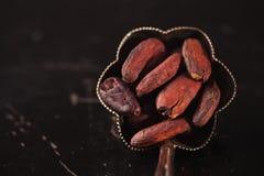 Kakaobohnen auf Schwarzem stockfotos