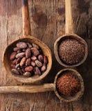 Kakaobohnen, Flocken der heißen Schokolade und zerriebene Dunkelheit stockfotos