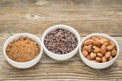 Kakaobohnen, -spitzen und -pulver Lizenzfreies Stockbild