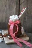 Kakaoerschütterung in einem Glas und in den Eibischen lizenzfreie stockfotografie