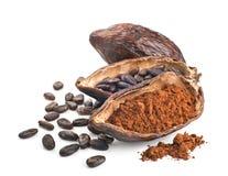 Kakaohülse, -bohnen und -pulver lokalisiert auf einem Weiß Stockbilder