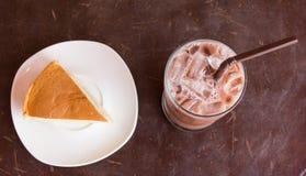 Kakaois och kaka på den wood tabellen, Arkivbild
