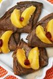 Kakaopfannkuchen mit Pfirsich Lizenzfreie Stockbilder
