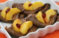 Kakaopfannkuchen mit Pfirsich und Moosbeeren Lizenzfreies Stockfoto