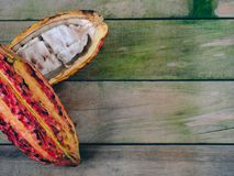 Kakaopfeiler auf hölzernem Hintergrund Platz zum Exemplar stockfotografie