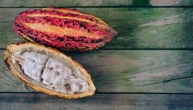 Kakaopfeiler auf h?lzernem Hintergrund Platz zum Exemplar stockbild