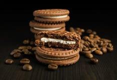Kakaoplätzchen mit Kaffeebohnen Stockfotos