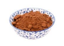 Kakaopulver in einer blauen und weißen Porzellanschüssel Stockfotografie