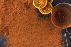 Kakaopulver i en sikt över svart kritiserar bakgrund Arkivfoton