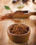 Kakaopulver i en träbunke Arkivfoto