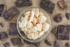 Kakaosmör i en bunke- och kakaodeg sunt organiskt för mat royaltyfria foton