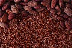 Kakaowe fasole i kraciasty czekoladowy tło Obrazy Stock