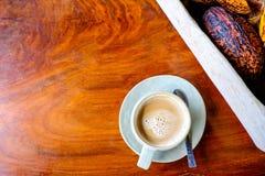 Kakaowe Owocowe i Kakaowe fasole Z filiżanką gorący kakao zdjęcia stock