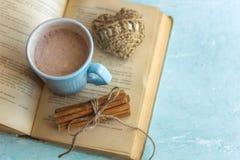 kakaowi filiżanki starej książki cynamonowi kije i trykotowy serce obrazy royalty free
