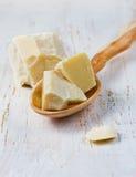 Kakaowy masło na drewnianej łyżce Zdjęcia Royalty Free