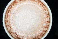 Kakaowy napój w białej księgi filiżance, odgórny widok obraz stock