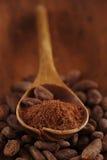 Kakaowy proszek w łyżce na piec kakaowym czekoladowym fasoli backgrou Obraz Royalty Free